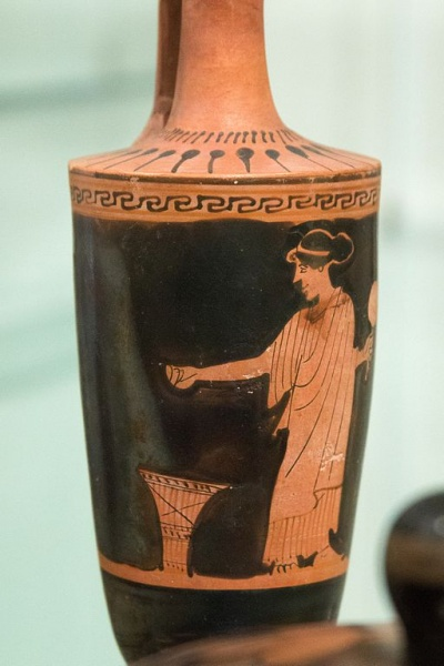 Soubor:Woman with basket, probably offerings, Aischines Painter, 460-450 BC, Prague, NM-HM10 186515, 1598.jpg